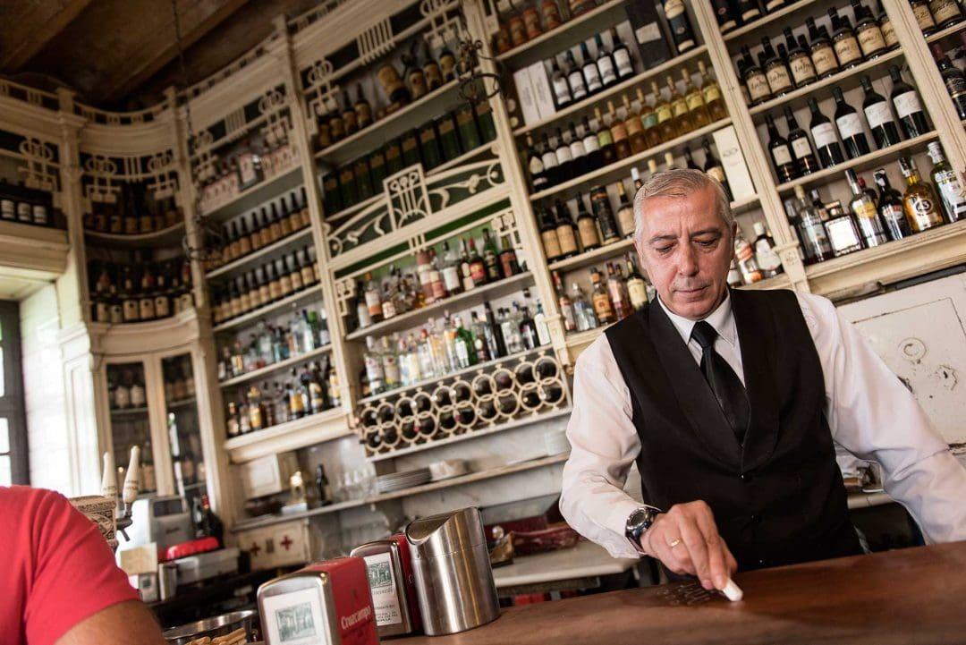 Camarero del Rinconcillo de Sevilla haciendo la cuenta en la barra