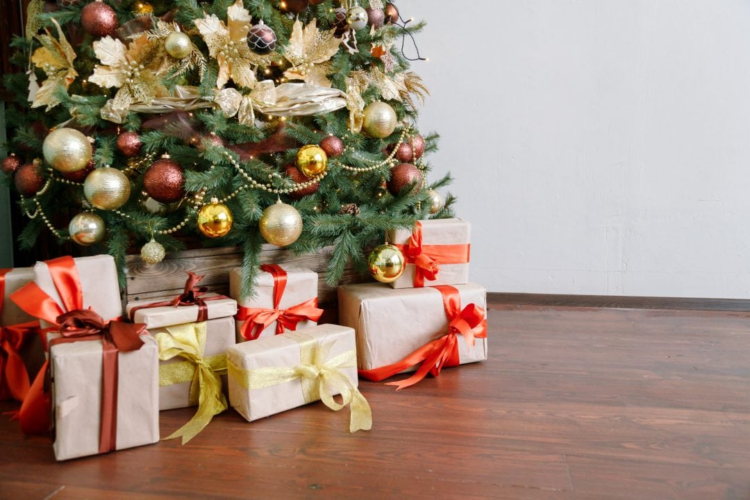 Árbol de Navidad con regalos en la base