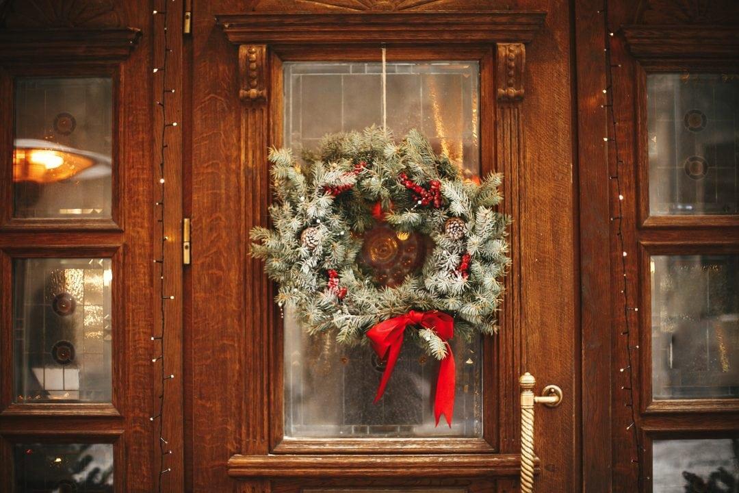 Corona de Navidad en la puerta de entrada