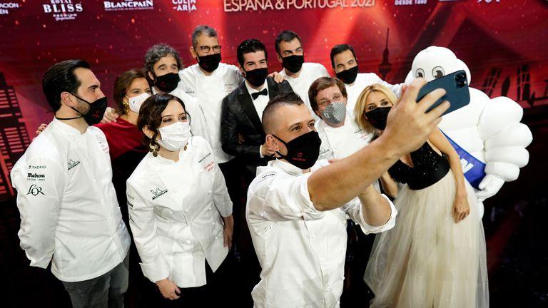 Ganadores premios Guía Michelin 2021 haciendo un selfie junto a políticos