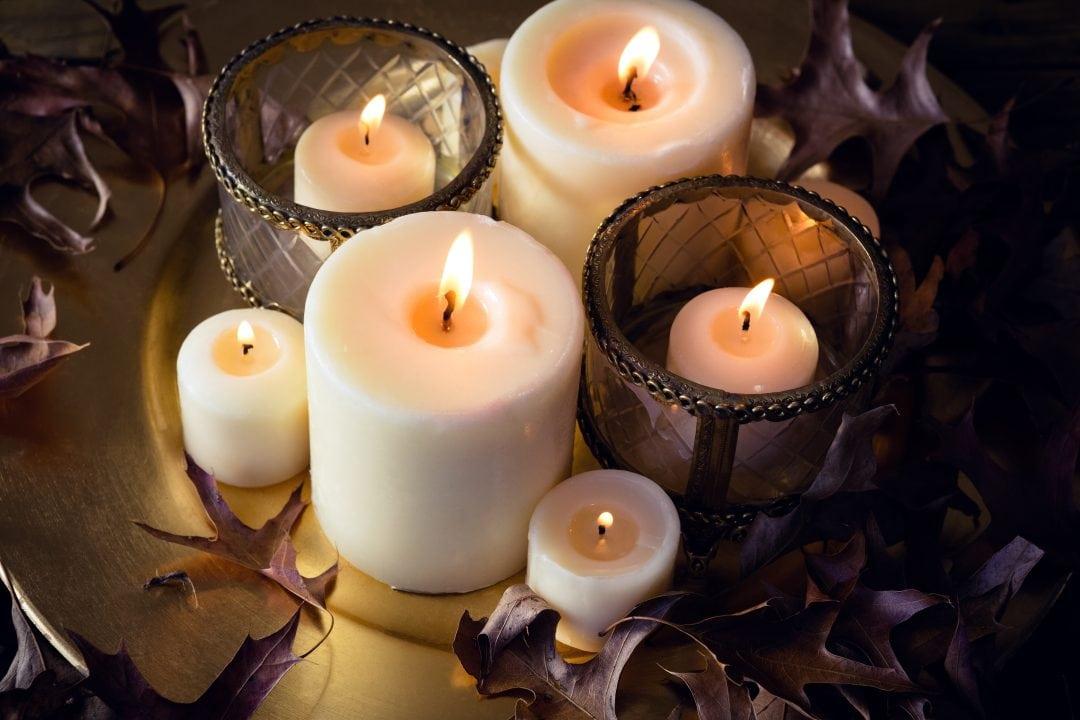 centro navideño con velas variadas