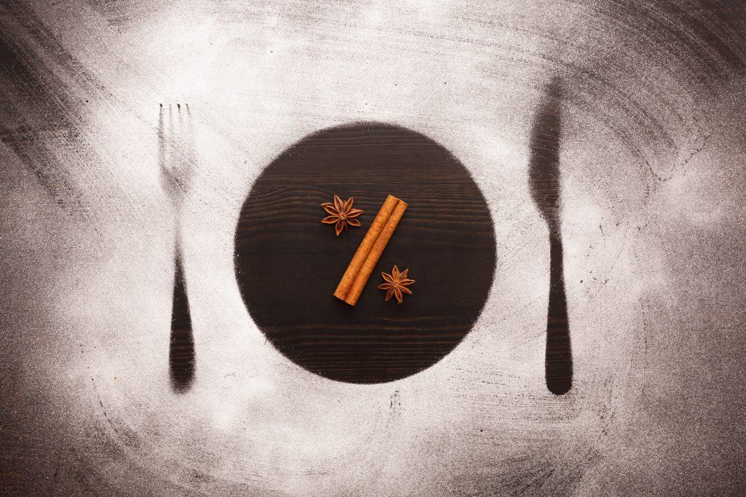 Composición para promociones hechos con harina sobre mesa oscura