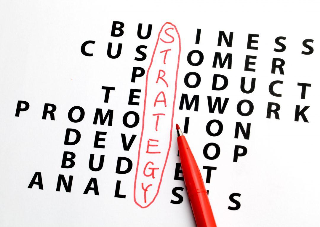 Sopa de letras con la palabra estrategia para promociones