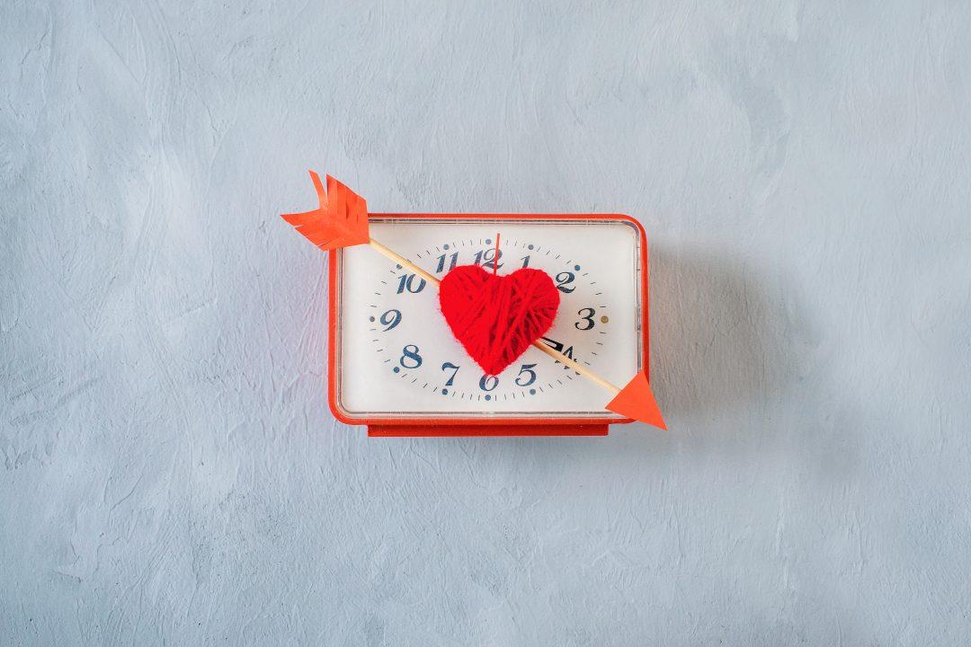 Reloj con corazón y flecha para San Valentín