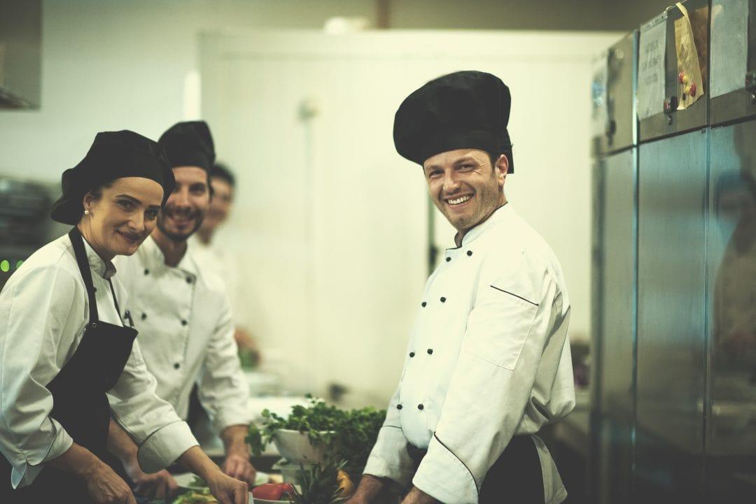 equipo de cocineros trabajando
