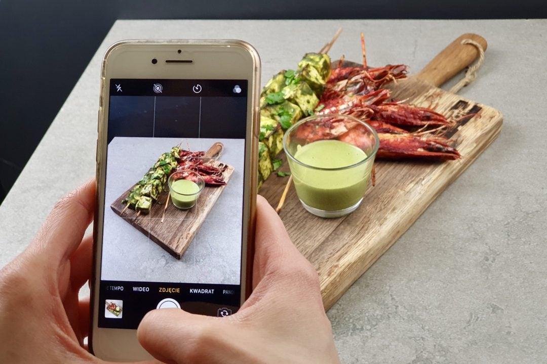 fotografiando un plato con el móvil para redes sociales