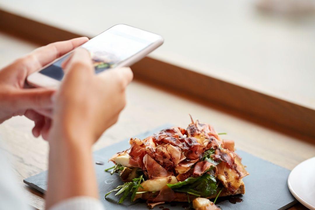 Fotografia un plato con móvil