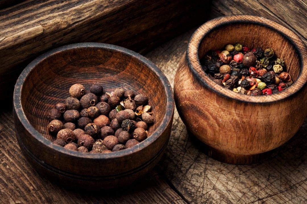 Granos de pimienta de Jamaica en cuenco