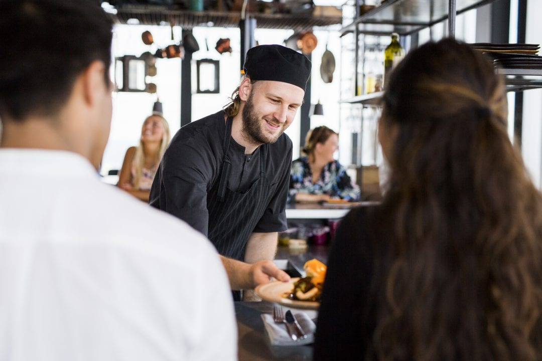 Chef ofreciendo un plato a los clientes