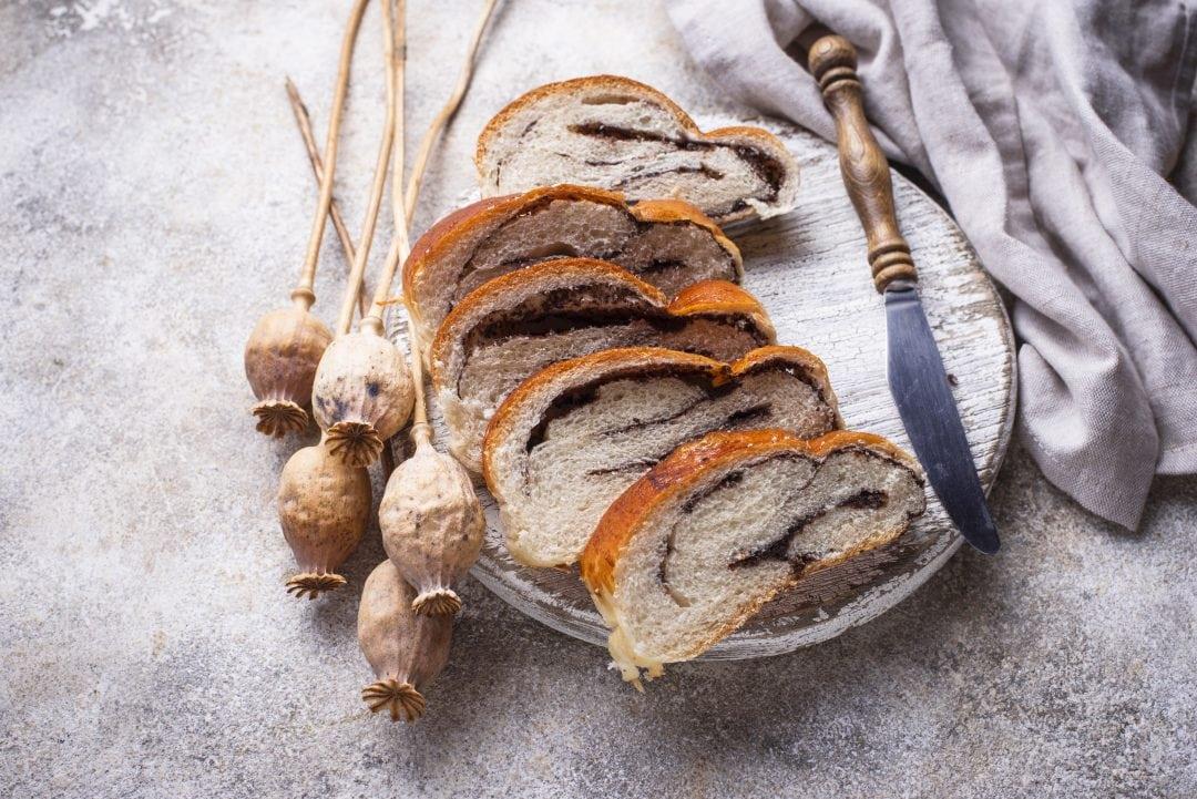 Pan dulce con semillas de amapola y flores secas