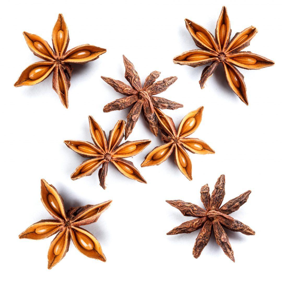 Estrellas de anís estrellado sobre fondo blanco