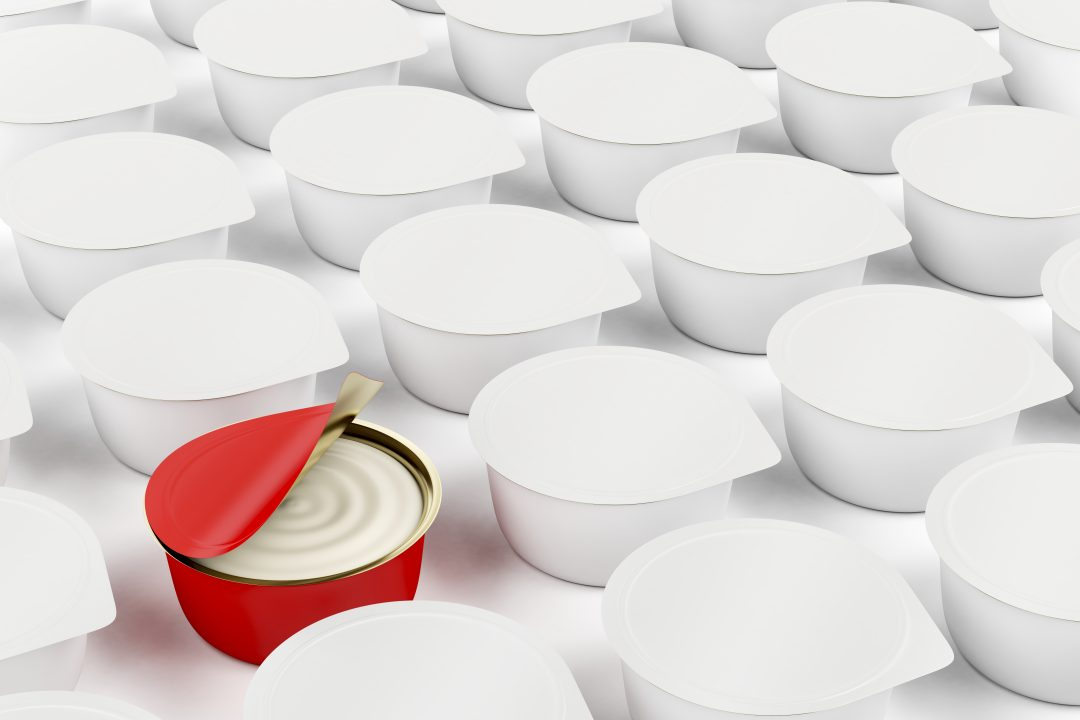 Envase rojo entre envases blancos para diferenciarse