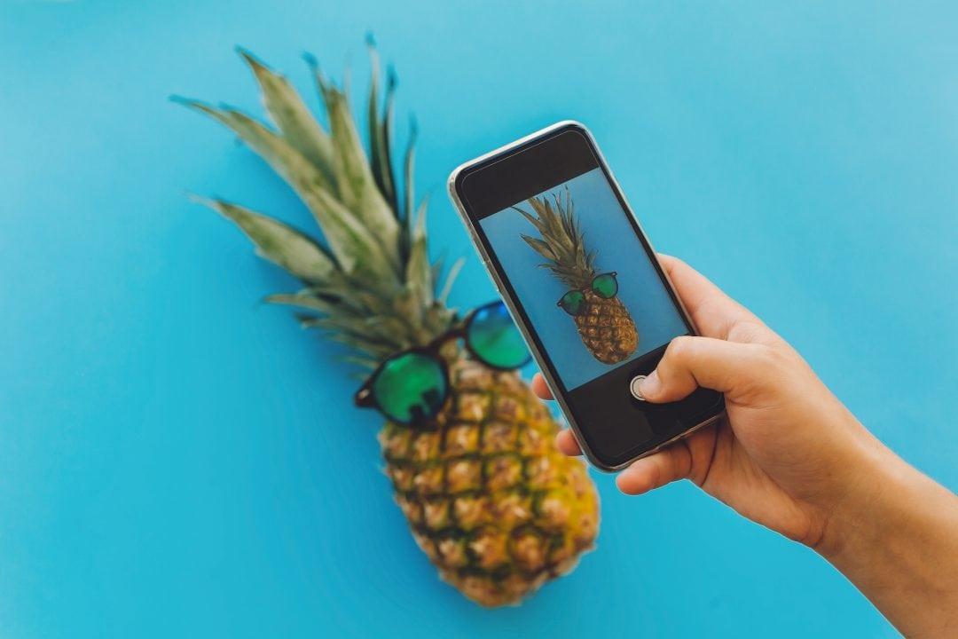 Foto de piña con gafas de sol de tu restaurante en Instagram