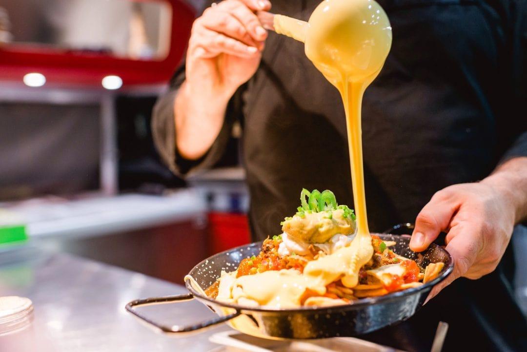 Foto preparando un plato de tu restaurante en Instagram
