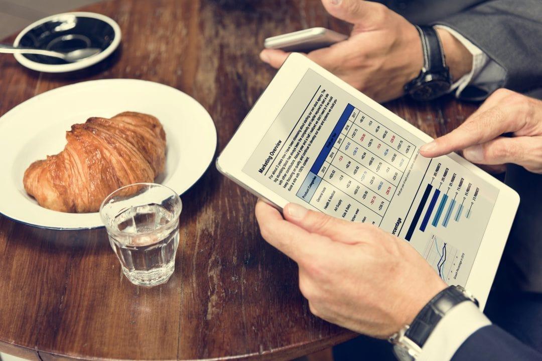 Hombre revisando resultados estudio de mercado de restaurante