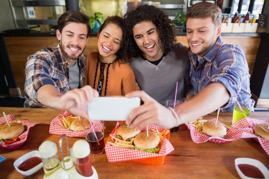 Selfie de clientes en un restaurante