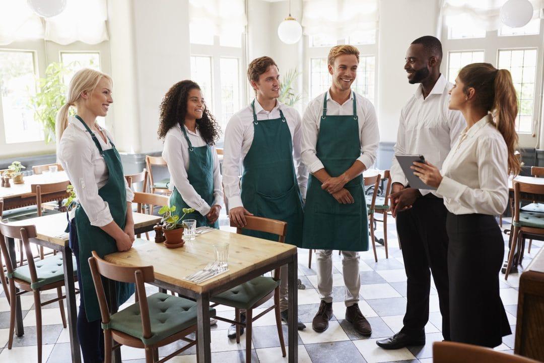 equipo de camareros motivados en reunión