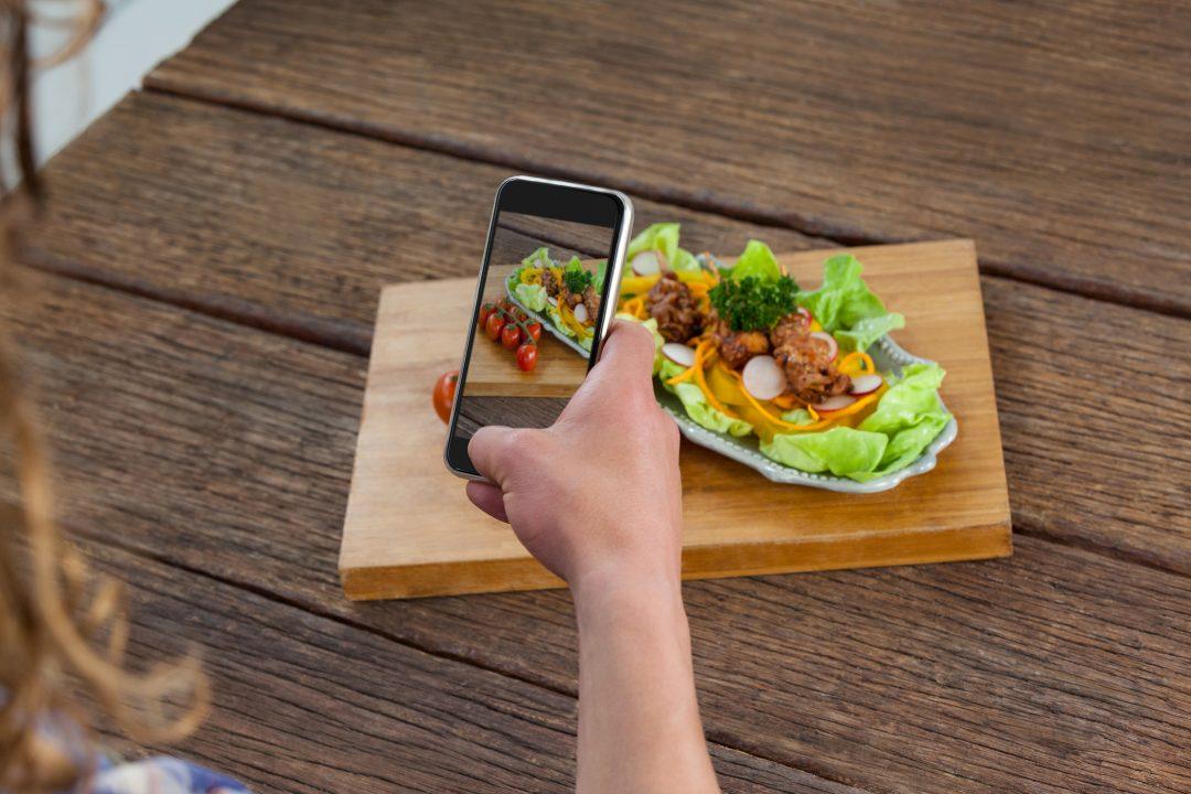 Fotografía gastronómica con móvil de una ensalada