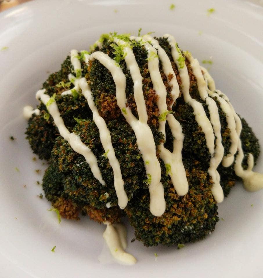 Brócoli asado con salsa de ajetes y lima rallada