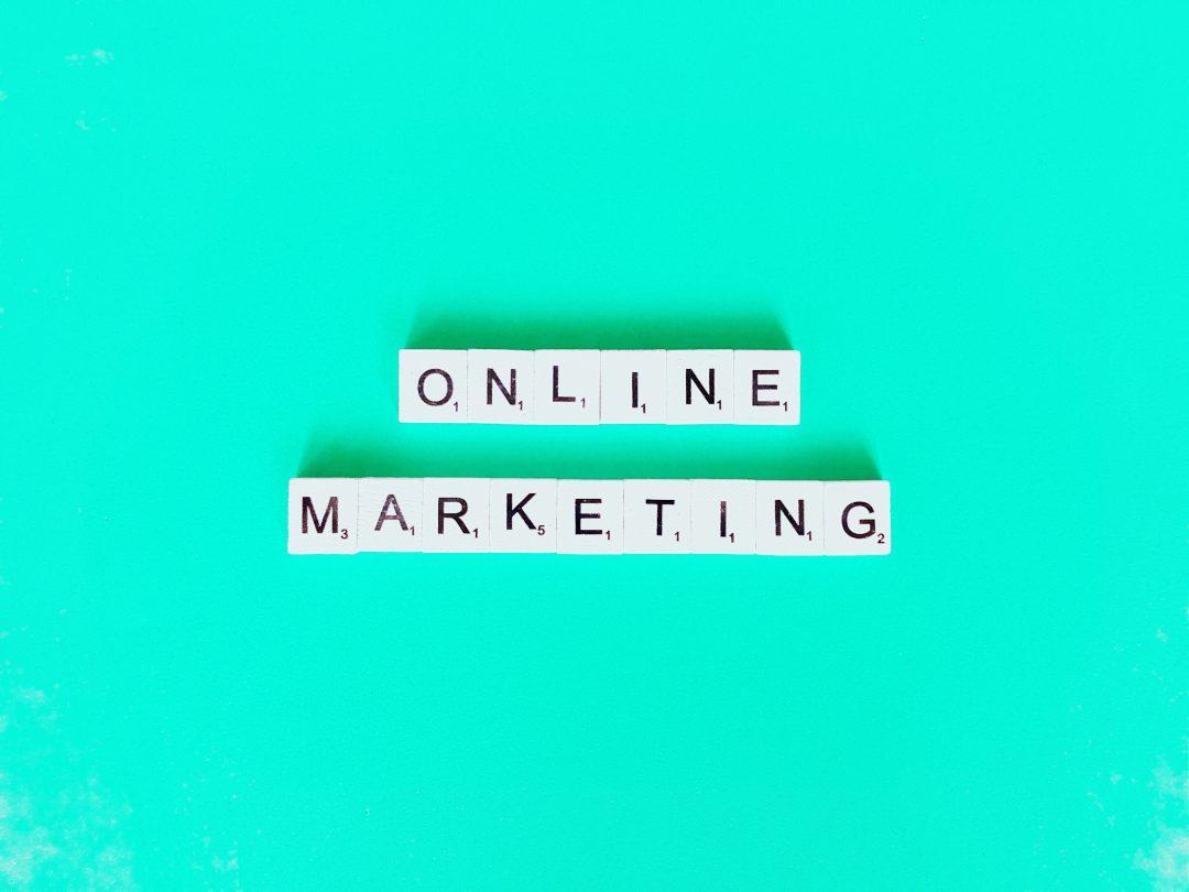 Letrero online marketing creado con letras scrable