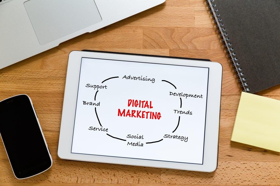 Tablet con conceptos de marketing digital y video marketing