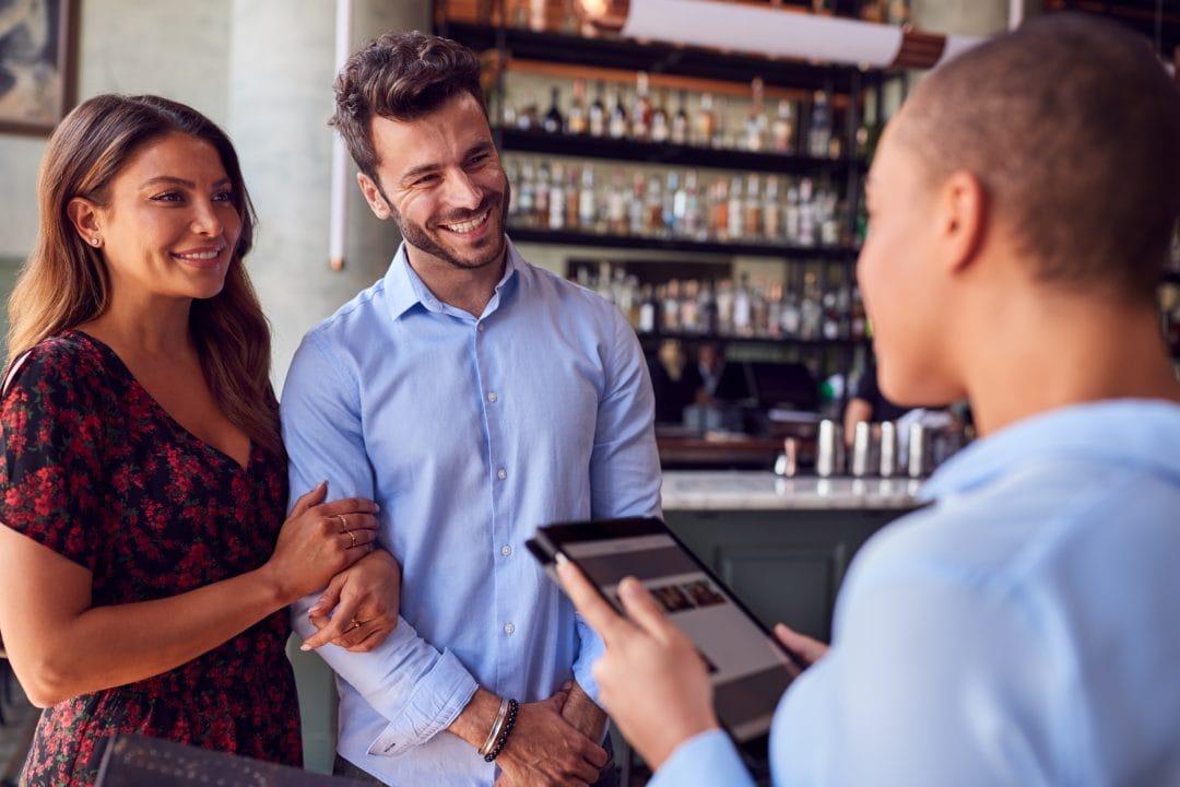 Camarera ofreciendo la carta digital en una tablet