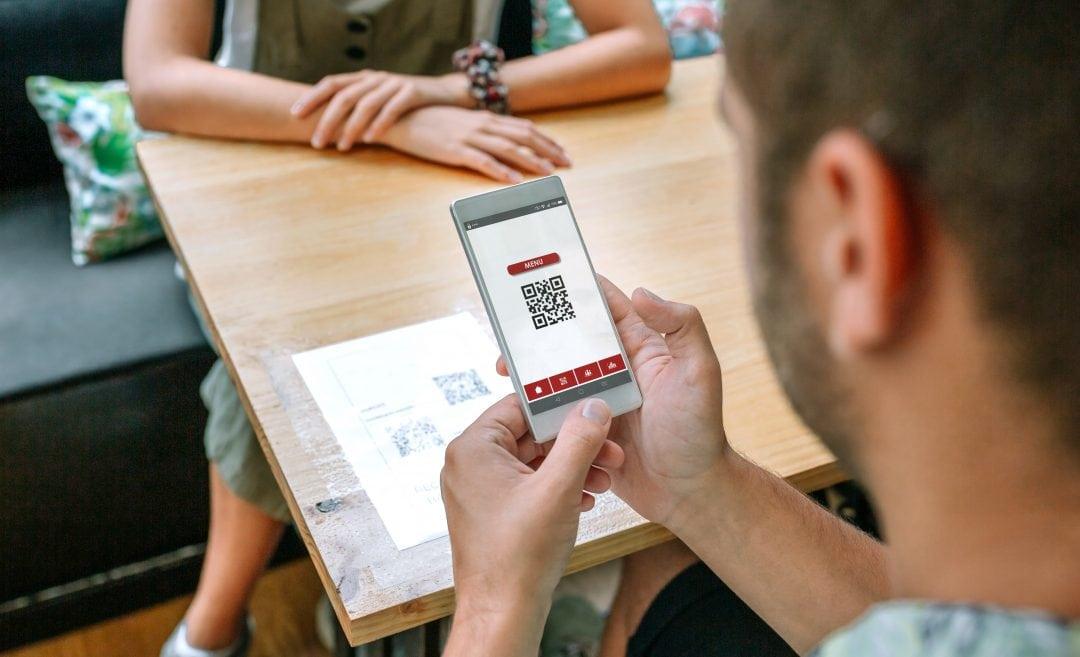 Cliente escaneando el código QR de la carta digital