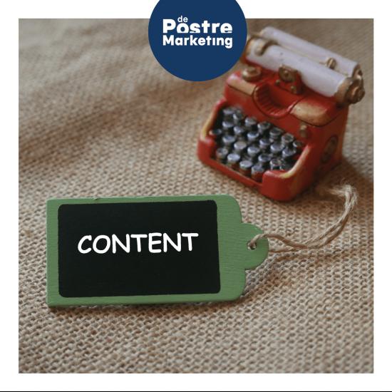 Máquina de escribir en miniatura con una etiqueta de contenido
